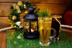 Dwa kubka herbata na stole z owocowymi plasterkami i imbirem Obraz Stock
