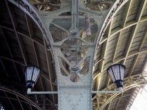 Dwa lampionu pod dachem na metal dekoracyjnych skowach zdjęcia royalty free