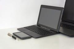 dwa, 2 laptopu, telefon komórkowy, pióro, na białym stole zdjęcia royalty free