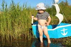 Dwa lat chłopiec na jeziorze z teleskopem Fotografia Royalty Free