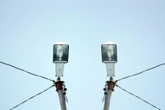 Dwa latarni ulicznej w jasnym niebieskim niebie obrazy stock