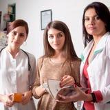 Dwa lekarki i jeden klient wśrodku apteki Fotografia Royalty Free