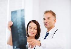 Dwa lekarki patrzeje promieniowanie rentgenowskie Obrazy Royalty Free