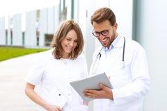 Dwa lekarki pracuje przed kliniką zdjęcia stock
