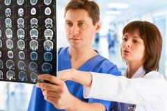 Dwa lekarki z tomogramem w szpitala korytarzu obraz royalty free