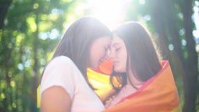 Dwa lesbians zaświecali światłem słonecznym, marsz równość, legalizuje tej samej płci powiązania obrazy royalty free