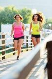 Dwa ślicznej dziewczyny jogging outdoors Zdjęcie Stock