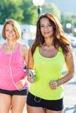 Dwa ślicznej dziewczyny jogging outdoors Fotografia Stock