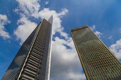 Dwa linii horyzontu przeciw błękitnemu chmurnemu niebu Zdjęcia Stock