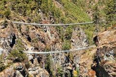 Dwa linowego wiszącego zawieszenie mostu w Nepal himalajach pod Namche Bazar nad Dudh Koshi Nadi rzeka, góry Everest podstawowy o obraz royalty free