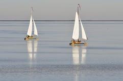 Dwa lodowej żeglowanie łodzi na zamarzniętym jeziorze Zdjęcia Royalty Free