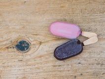 Dwa lody na drewnianej desce Obraz Stock