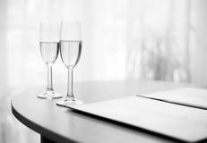 Dwa ślubnego wineglasses obrazy royalty free