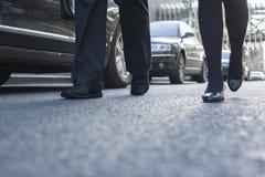 Dwa ludzie biznesu chodzi w dół miasto ulicę, nogi tylko Zdjęcia Royalty Free