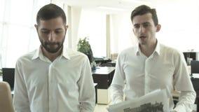 Dwa ludzie biznesu dyskutuje rozkaz sprawy iść biuro zbiory