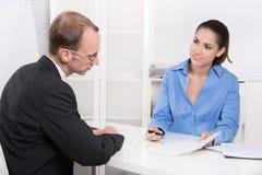 Dwa ludzie biznesu opowiada wpólnie przy biurkiem - doradca i custo fotografia royalty free