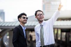 Dwa ludzie biznesu przyglądający up przedstawienia i punktu wierzch Obrazy Stock