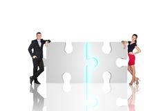 Dwa ludzie biznesu są trwanie pobliskimi łamigłówek częściami Obrazy Stock