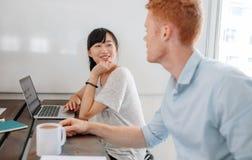Dwa ludzie biznesu siedzi przy konferencyjnym stołem Obraz Royalty Free