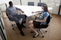 Dwa ludzie biznesu siedzi przy konferencyjnym stołem i dyskutuje podczas biznesowego spotkania Obraz Stock