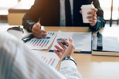 Dwa ludzie biznesu spotyka i analiza finansowego zbiorczego raport obraz stock