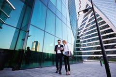 Dwa ludzie biznesu używa dotyka ochraniacza podczas pracy przerwy Zdjęcie Stock