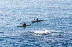 Dwa ludzie na kajaku w morzu blisko vortex Zdjęcie Stock