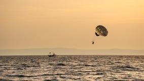 Dwa ludzie parasailing na morzu Obraz Stock