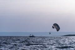 Dwa ludzie parasailing na morzu Fotografia Stock