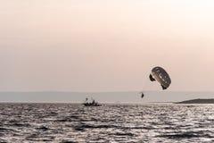 Dwa ludzie parasailing na morzu Fotografia Royalty Free