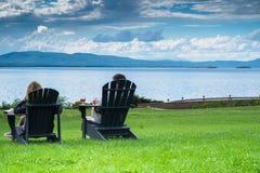 Dwa ludzie relaksuje przy jeziorem Zdjęcie Royalty Free
