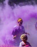 Dwa ludzie robią ich sposobowi przez koloru chmurnieć Fotografia Royalty Free