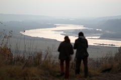 Dwa ludzie są przyglądający Vistula rzeka zdjęcie stock