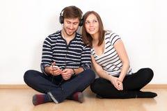 Dwa ludzie słucha muzyka zdjęcie stock