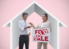 Dwa ludzie trzyma Dla sprzedaży podpisują i klucze z domową ikoną przed winietą Obrazy Stock