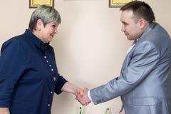 Dwa ludzie w biurowych chwianie rękach Obraz Royalty Free