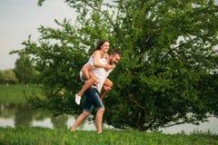 Dwa ludzie zabawę Dziewczyna i chłopiec biegamy wokoło blisko jeziora zdjęcie stock