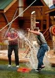 DWA LUMBERJACKS W beli TOCZNEJ rywalizaci NAD wodą Obrazy Royalty Free