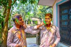 Dwa młodego nastolatka barwią each inny podczas Holi festiwalu w India fotografia royalty free