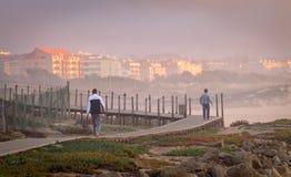 Dwa mężczyzn spacer na Boardwalk obraz stock
