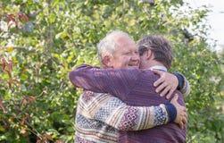 Dwa mężczyzna ściska w jesień parku obrazy stock