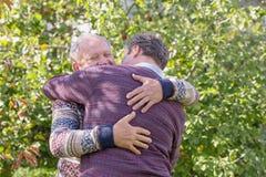 Dwa mężczyzna ściska w jesień parku fotografia royalty free