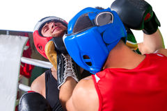 Dwa mężczyzna bokser jest ubranym hełma boks Fotografia Royalty Free