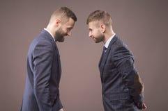 Dwa mężczyzna butting each inny w kostiumach zdjęcie royalty free