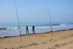Dwa mężczyzna Denny połów z plaży Zdjęcia Royalty Free