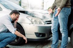 Dwa mężczyzna dyskutuje po wypadku samochodowego na drodze Zdjęcia Royalty Free