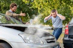 Dwa mężczyzna dyskutuje po wypadku samochodowego na drodze obraz royalty free