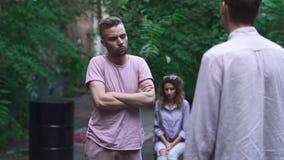 Dwa mężczyzna dyskutuje z each inny zbiory