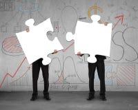 Dwa mężczyzna gromadzić łamigłówki z biznesowym doodles tłem royalty ilustracja