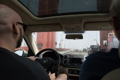Dwa mężczyzna jadą nad Golden Gate Bridge na mgłowym dniu Obrazy Royalty Free